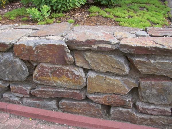Trockenmauer Stapelbrocken rot-braun-bunt