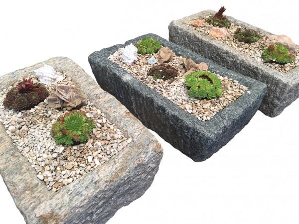 Antik-Trog, bepflanzt und dekoriert